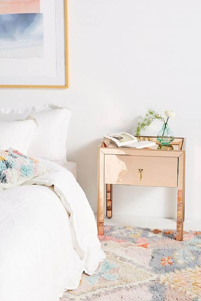 decoração de quarto com criado com espelho rose