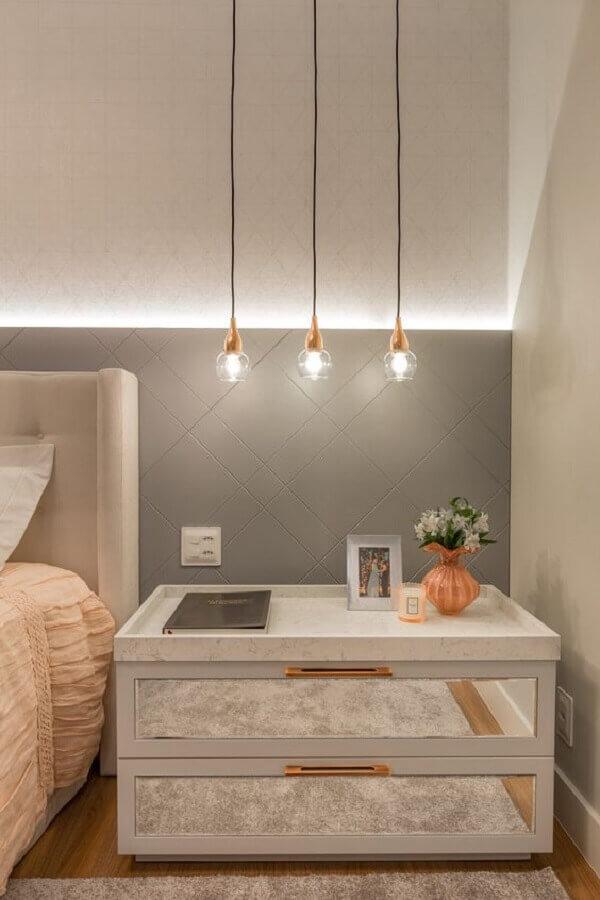 decoração de quarto moderno com criado mudo branco com espelho  Foto Moderne Arquitetura