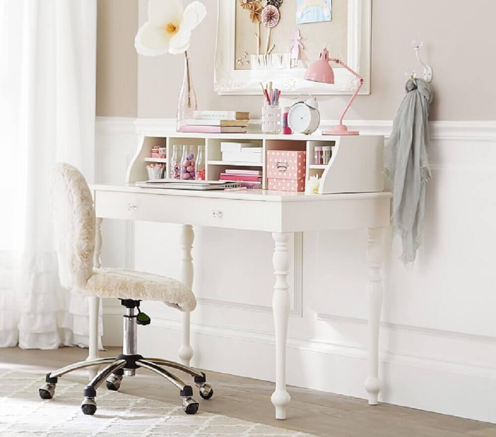 decoração delicada com escrivaninha simples e pequena