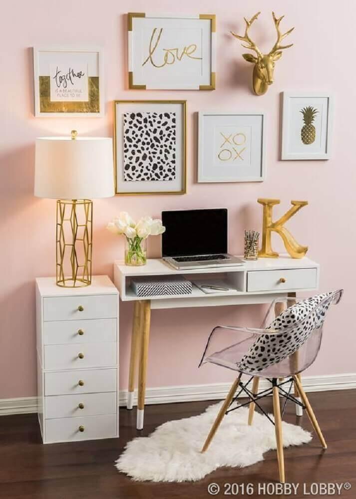 Tons de dourado e rose com escrivaninha pequena e cadeira de acrílico transparente