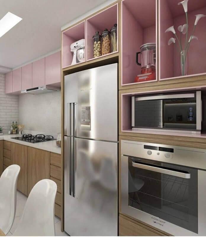 decoração em tons de rose e madeira com armário de cozinha planejado