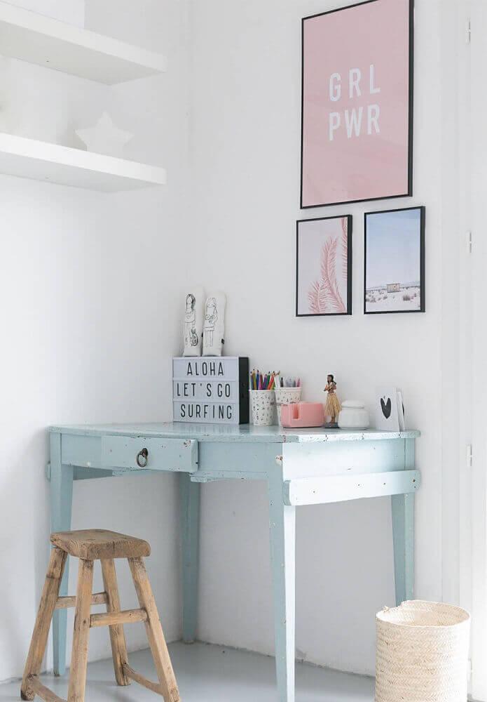 decoração em tons pastéis com escrivaninha simples azul bebê