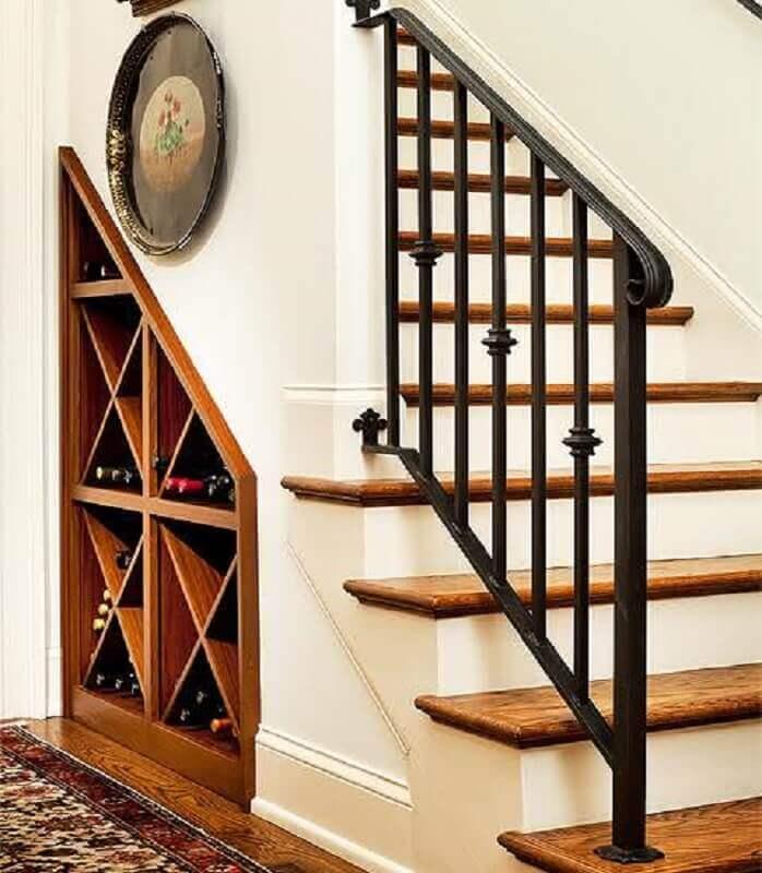 decoração embaixo da escada com adega embutida