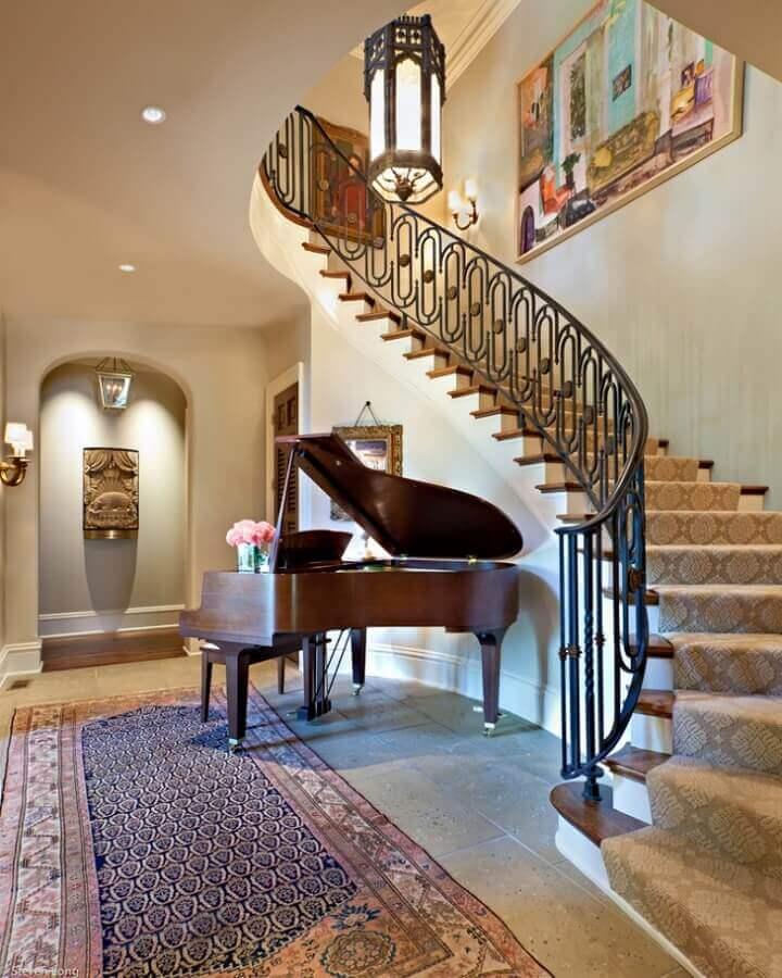 decoração embaixo da escada com piano