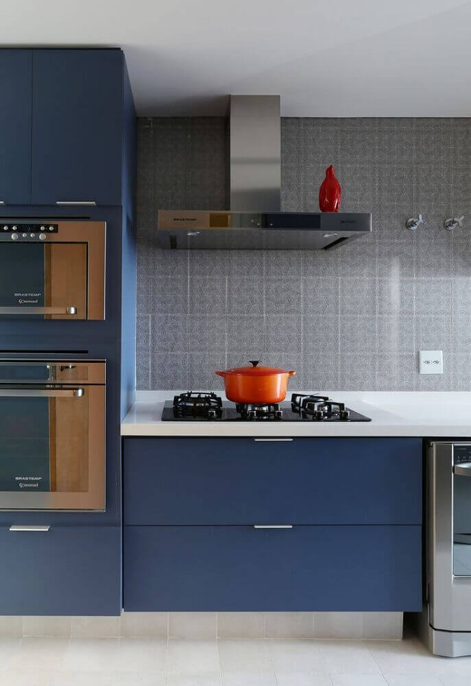 decoração moderna com armário de cozinha modulado azul
