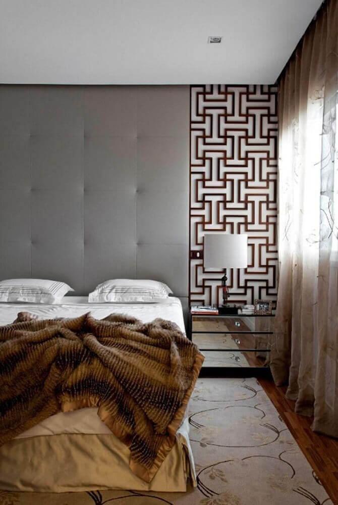 decoração moderna para quarto com cabeceira cinza e criado mudo espelhado