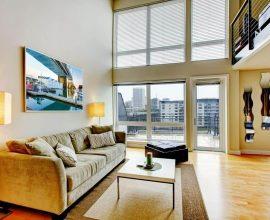 decoração para apartamento em tons claros com grandes janelas de vidro para iluminação natural