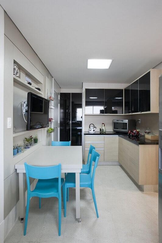 decoração para cozinha compacta com cadeiras azuis e armário de cozinha planejado