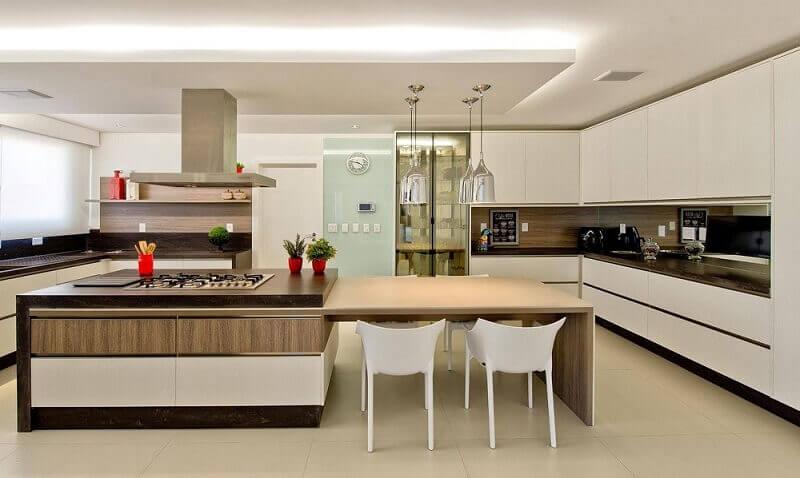 decoração para cozinha espaçosa com bancada e armário de cozinha modulado