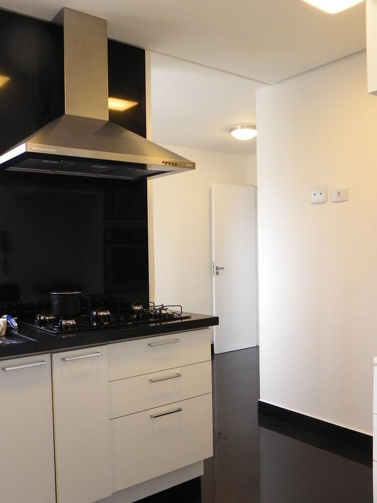 decoração para cozinha planejada com granito preto e armários brancos
