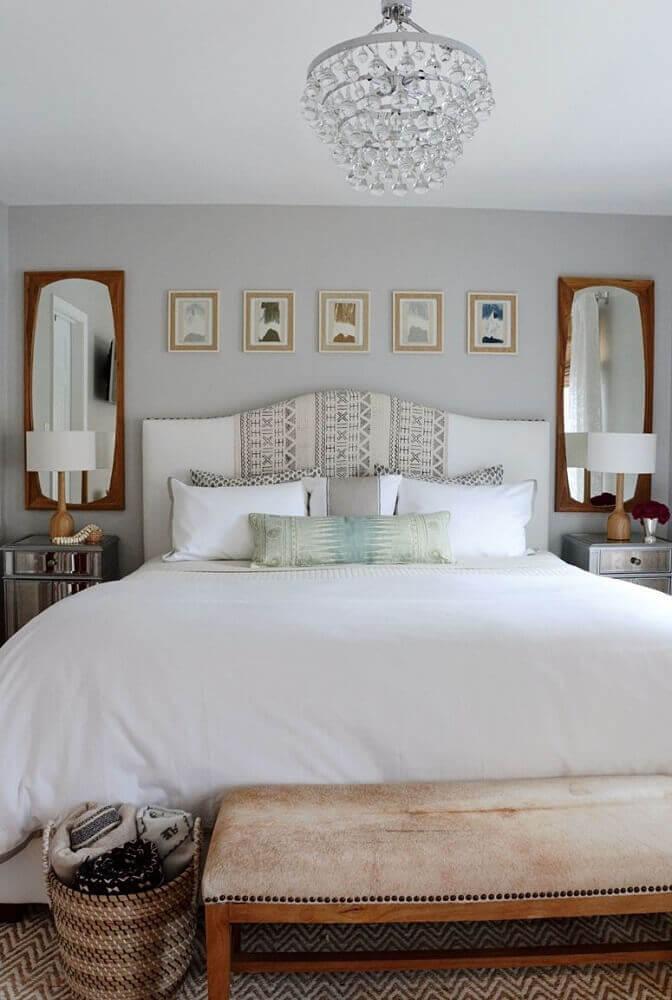 decoração para quarto de casal com criado mudo com espelho