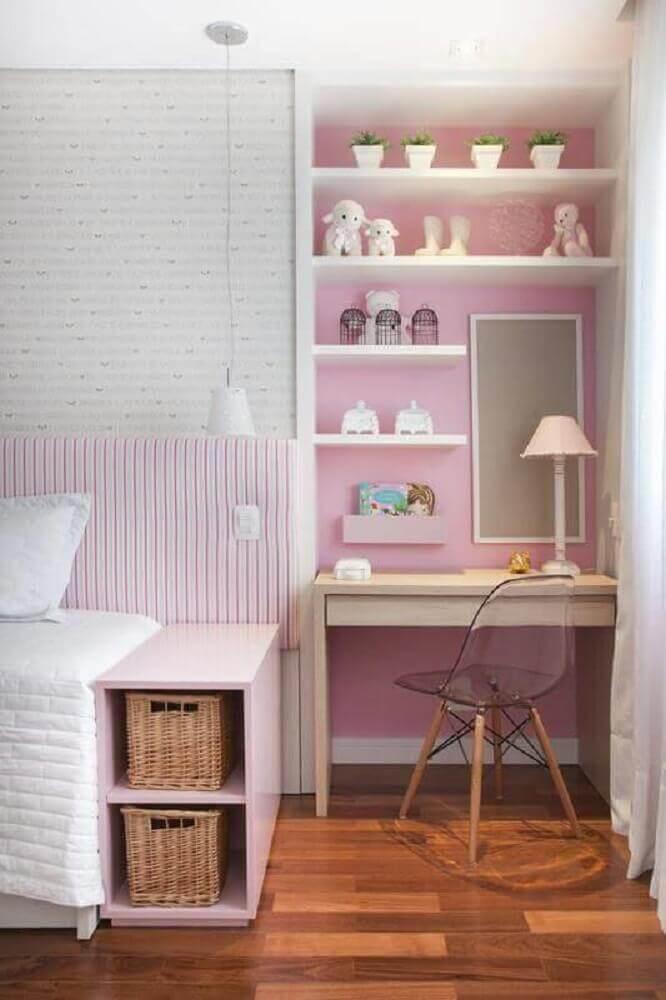 quarto de menina com escrivaninha para quarto pequeno e papel de parede cor de rosa