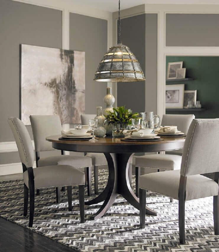 decoração para sala de jantar com pendente sobre mesa redonda de madeira