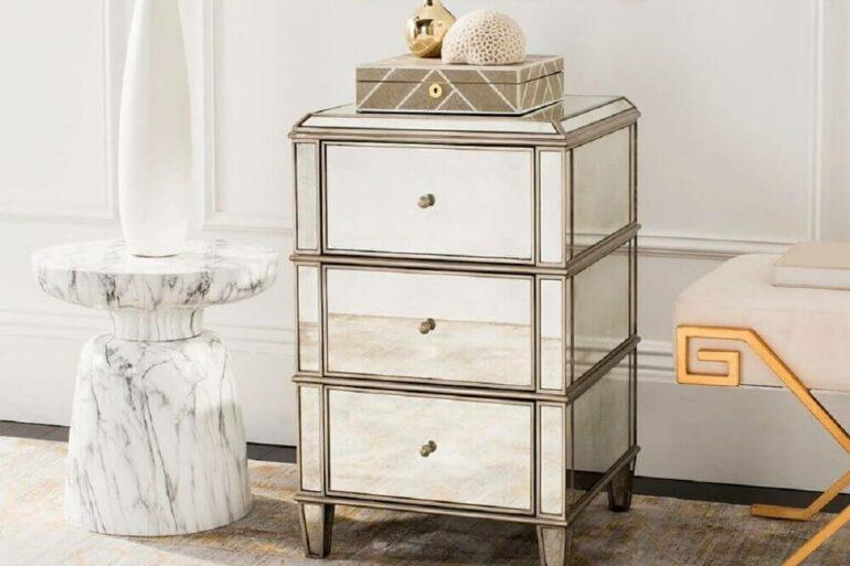 decoração quarto branco e dourado com criado mudo espelhado