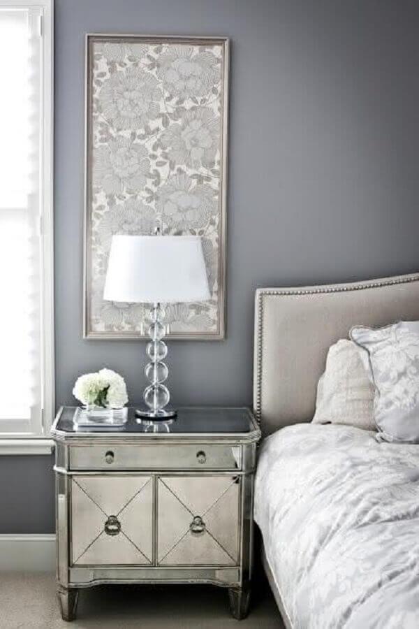 decoração quarto cinza e branco com criado mudo espelhado