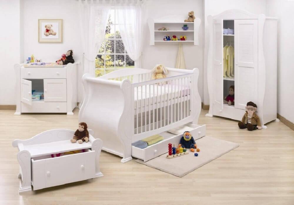 decoração quarto clean com guarda roupa e cômoda de bebê tudo branco