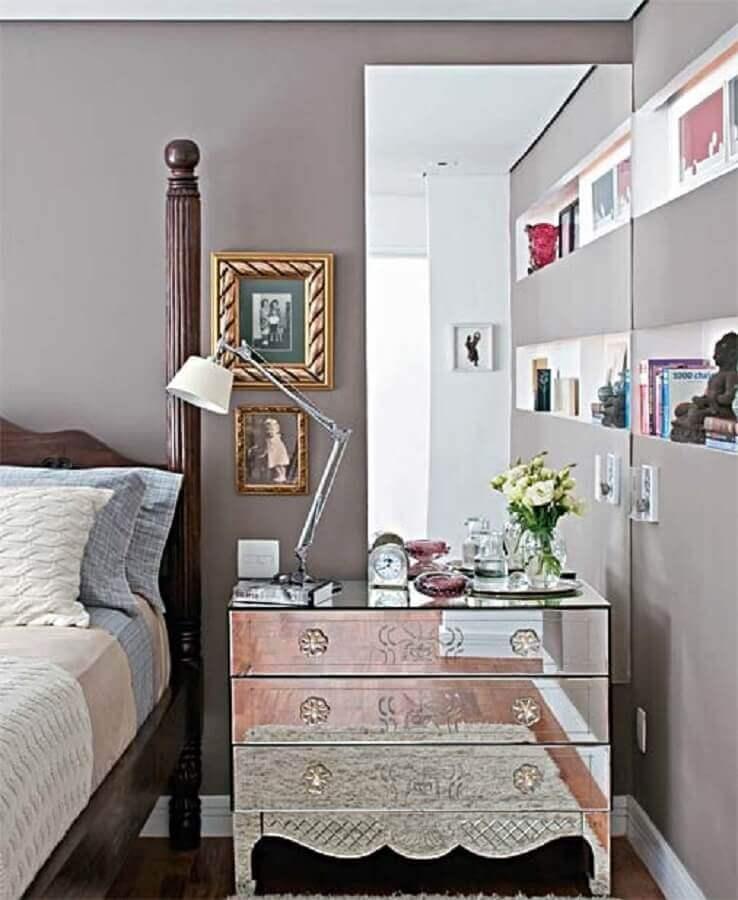 decoração quarto com cabeceira de madeira e criado mudo espelhado estilo provençal