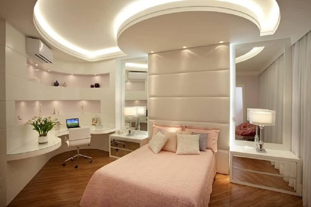 decoração quarto feminino com criado mudo branco com espelho
