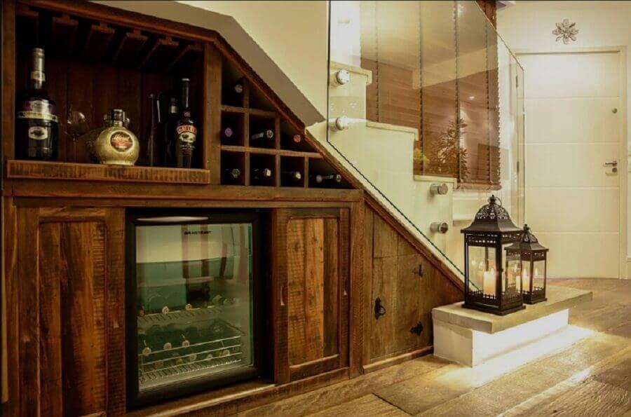 decoração rústica com bar embaixo da escada