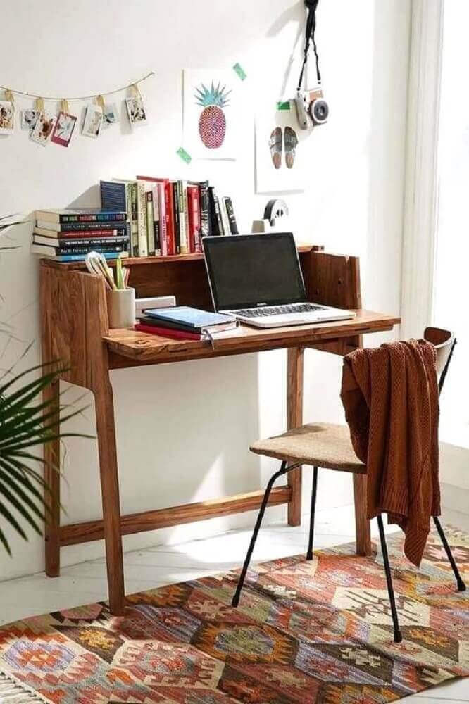 decoração rústica com tapete estampado e escrivaninha simples de madeira