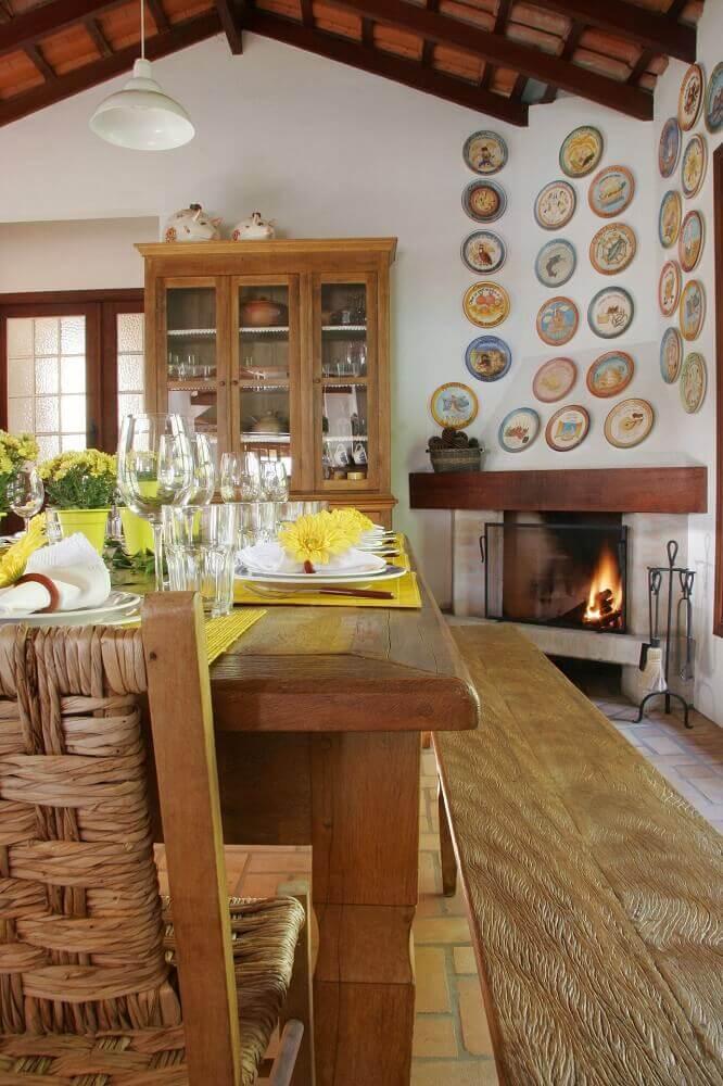 decoração rústica sala de jantar com banco de madeira e lareira a lenha