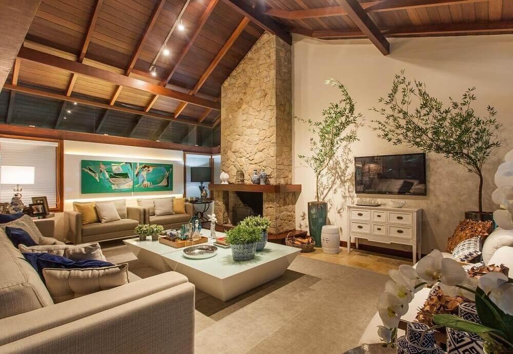 decoração sala de estar com lareira a lenha revestida de pedra