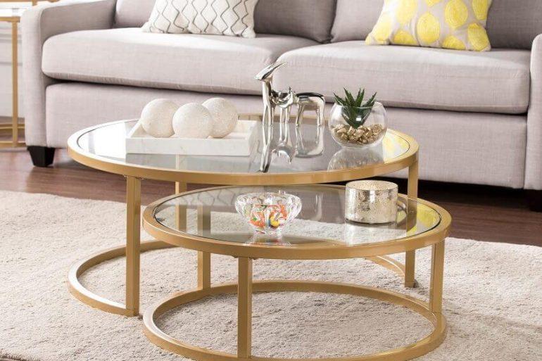 decoração sala de estar com mesa de centro redonda com base dourada e tampo de vidro