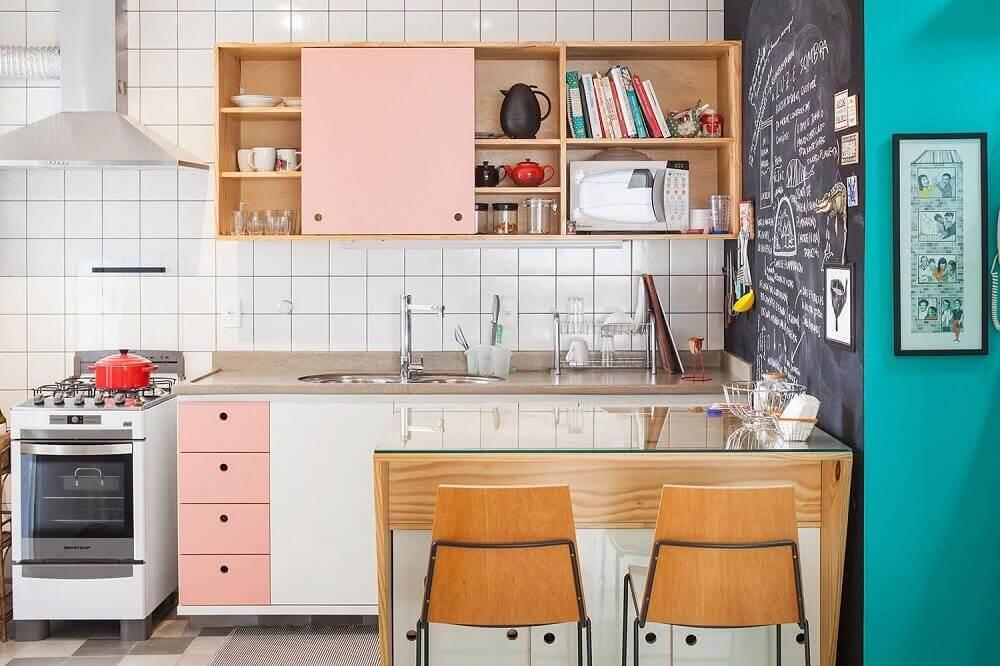 decoração simples com armário de cozinha de parede com porta de correr cor de rosa