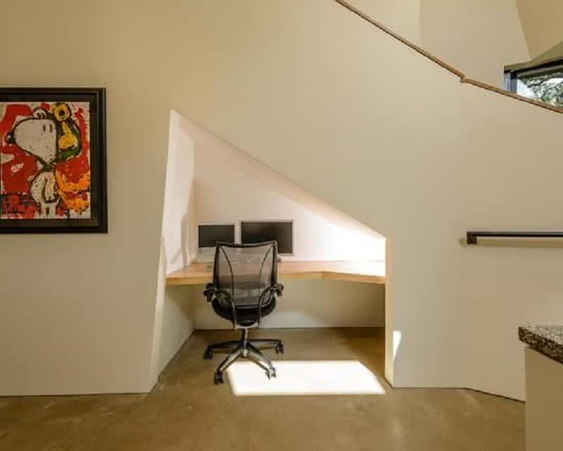 decoração simples com home office embutido embaixo da escada