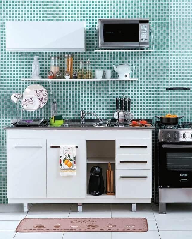 decoração simples com pastilhas e armário de cozinha pequeno