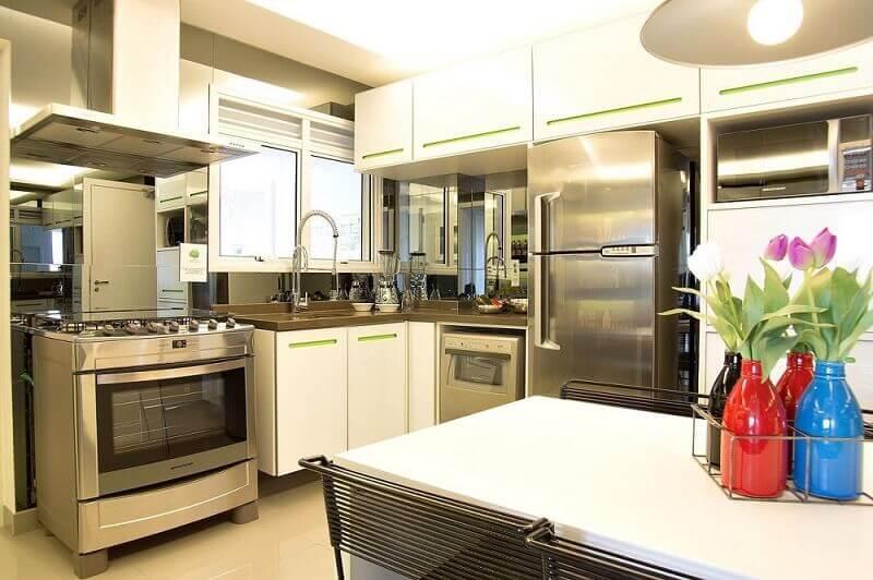 decoração simples para cozinha branca com armário de cozinha planejado