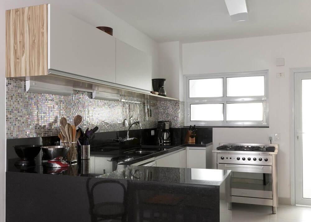 decoração simples para cozinha com granito preto são Gabriel e pastilhas nas parede