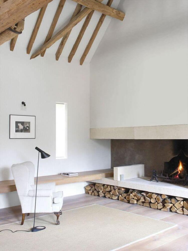 decoração simples sala de estar lareira a lenha