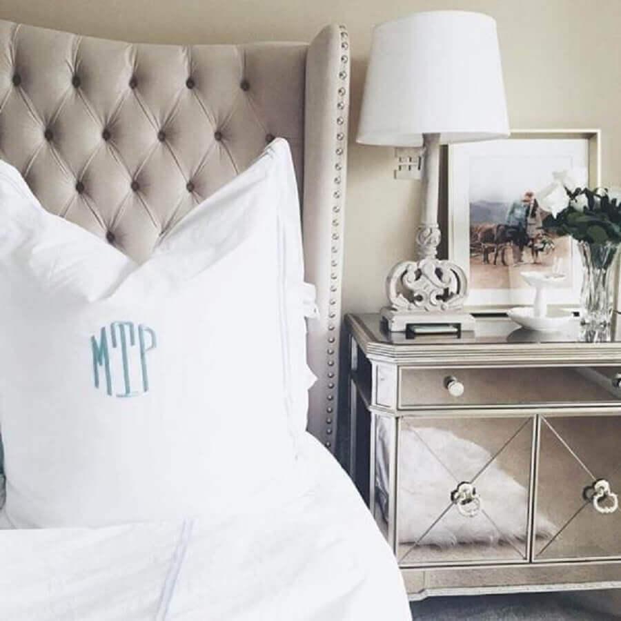 decoração sofisticada para quarto com cabeceira capitonê e criado mudo espelhado