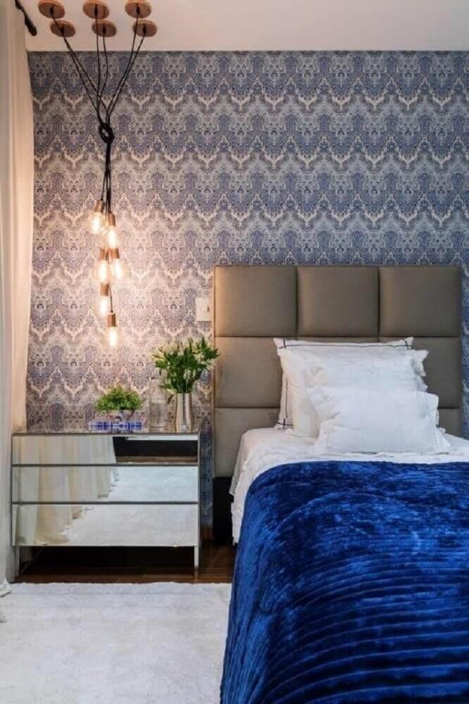 decoração quarto de solteiro com pendentes e criado mudo com espelho