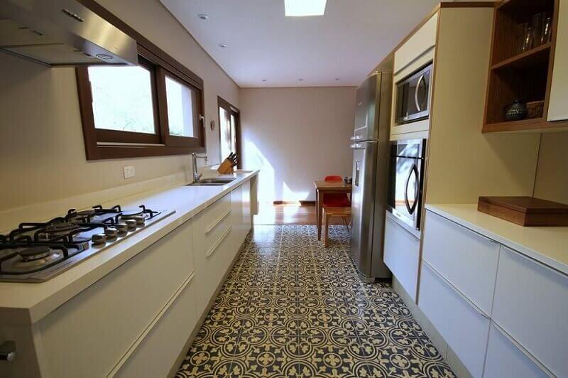 decoração com armário de cozinha planejado com forno e microondas embutidos