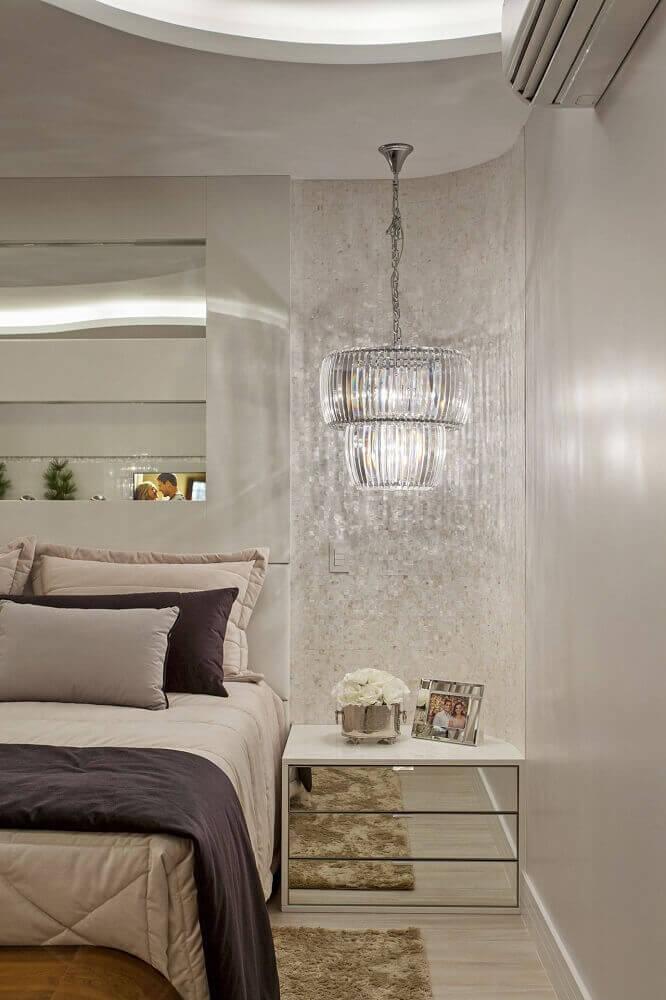 quarto de casal sofisticado com pastilha de madrepérola e criado mudo espelhado