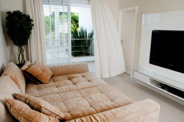 Decoração de sala de estar clean com sofá retrátil