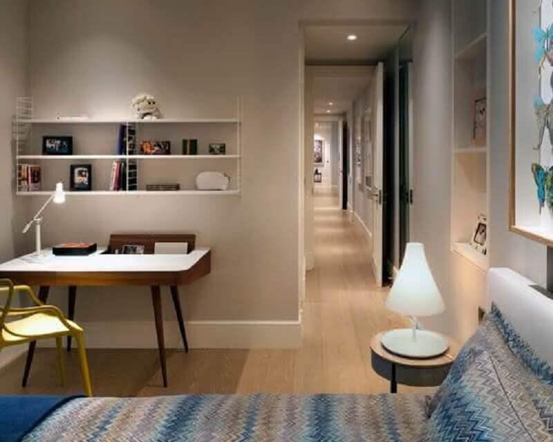 design retrô de escrivaninha para quarto pequeno
