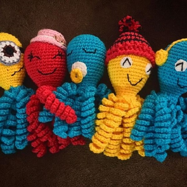 Diferentes modelos de polvo de crochê podem compor a decoração do quarto