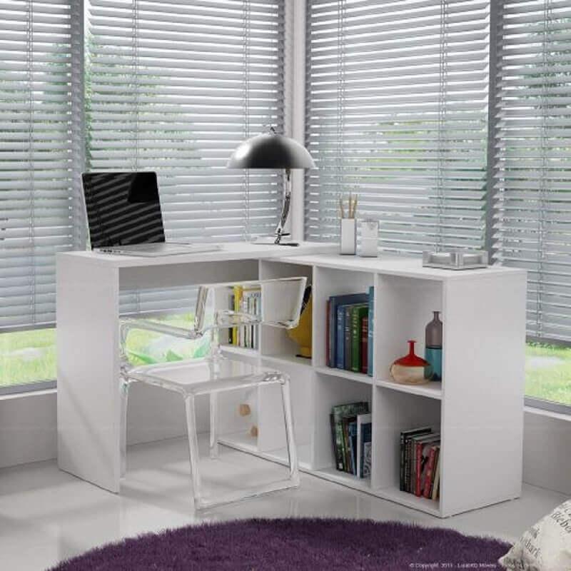 escrivaninha de canto pequena com cadeira de acrílico transparente