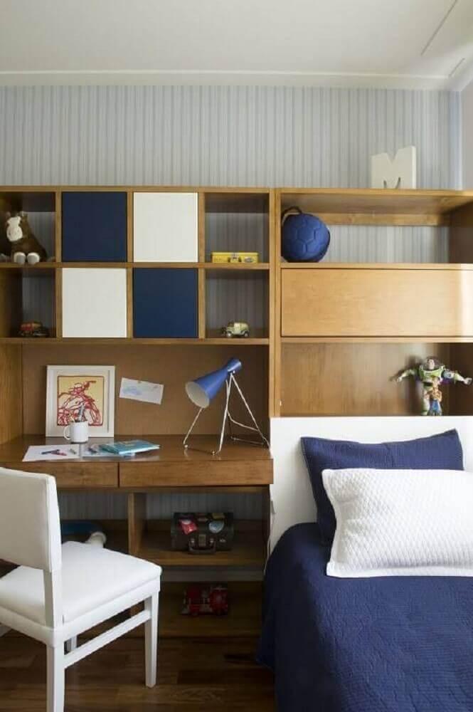 escrivaninha para quarto pequeno masculino em tons de azul e madeira