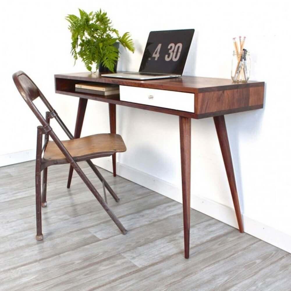 escrivaninha pequena e simples com pés palito