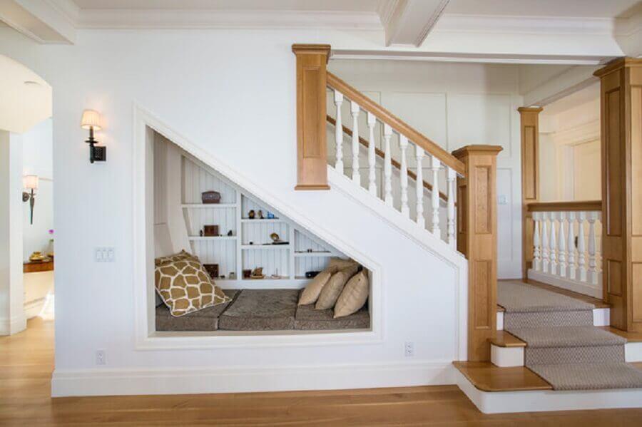 espaço para leitura embaixo da escada