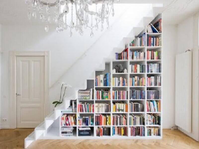 estante de livros embaixo da escada