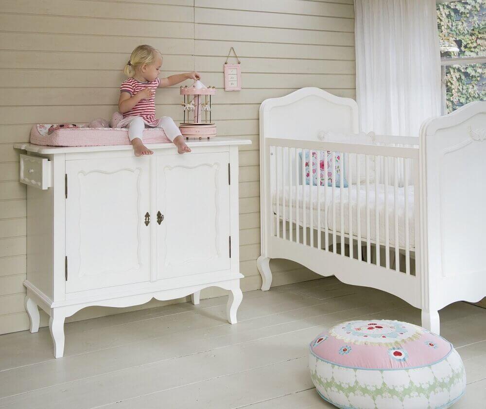 estilo provençal para berço com cômoda para quarto de bebê