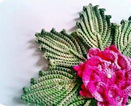 folhas em crochê  e flor cor de rosa