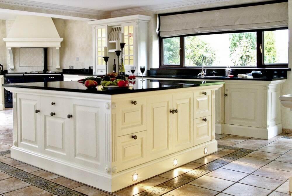 granito preto absoluto para cozinha com armários brancos e ilha