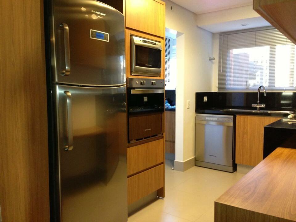 granito preto - cozinha planejada com móveis de madeira
