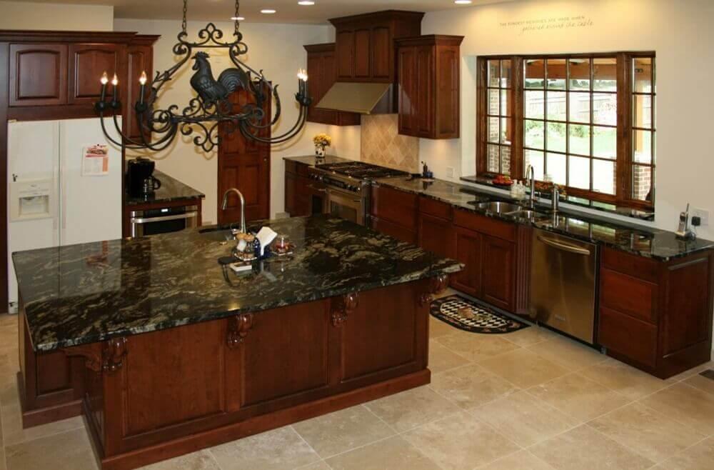 granito preto indiano para cozinha com ilha de armários de madeira
